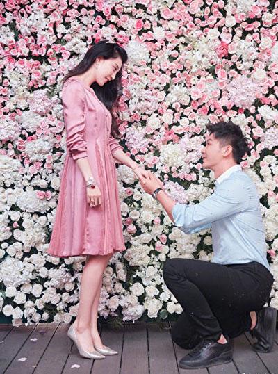Sau khoảng hai năm yêu nhau, Phạm Băng Băng nhận lời cầu hôn của bạn trai vào dịp sinh nhật năm 2017.