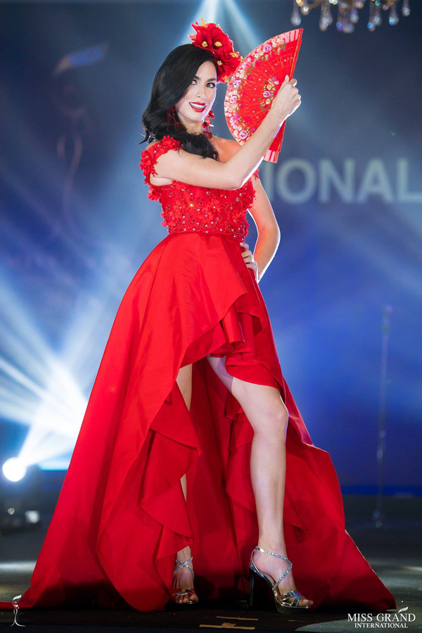 Trang phuc dan toc ruc ro sac mau tai Miss Grand International
