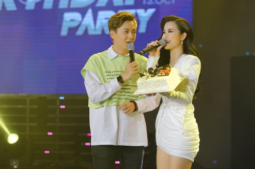 Dong Nhi khoc lien tuc trong sinh nhat