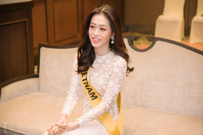 Phuong Nga mạc xuyen tháu gap giam khao Miss Grand International