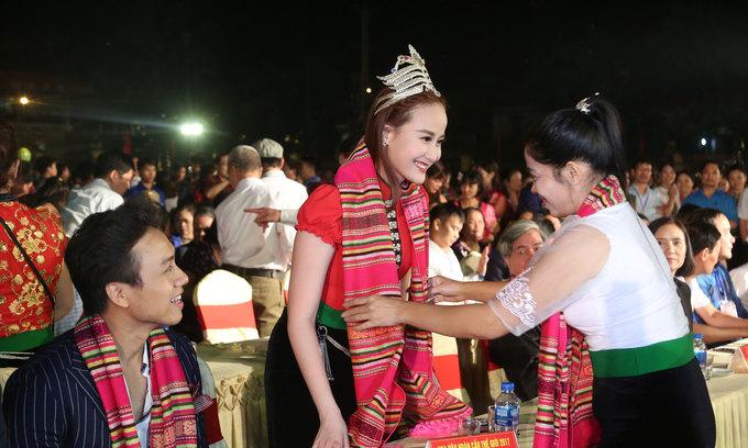 Khanh Ngan mua xoe cung nguoi Thai