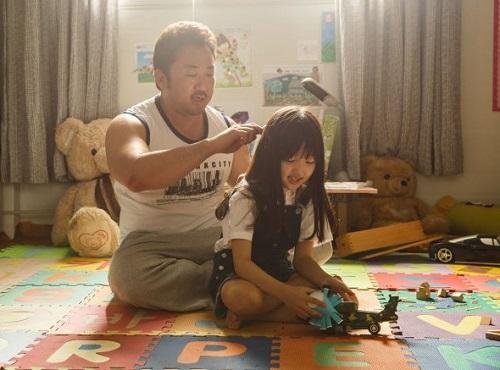 Ma Dong Seok va Choi Yoo Ri - sao nhí đóng vai con gái anh trong phim.