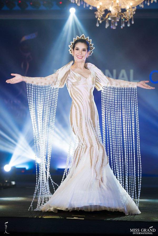 Phuong Nga vao top 10 Trang phuc dan toc