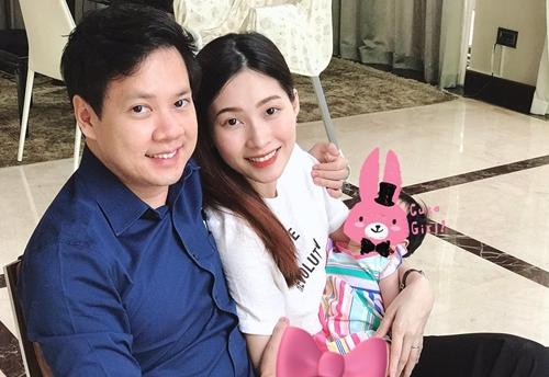 Hoa hau Thu Thao ben chong va con gai