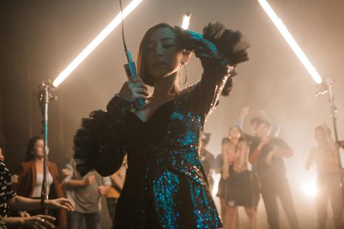 Một phân cảnh điệu nhảy trong MV của Tóc Tiên. Điệu nhảy gồm những động tác đơn giản như vuốt tóc, ngẩng cao đầu một cách dứt khoát.