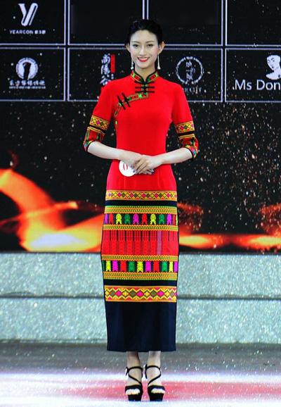 Co gai 26 tuoi dang quang Hoa hau The gioi Trung Quoc