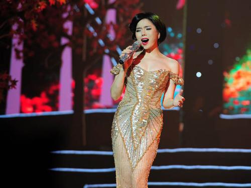 Le Quyen chi tien ty cho trang phuc trong live concert