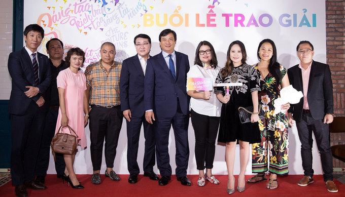 Thanh Thuy mang bung bau 6 thang di cham thi