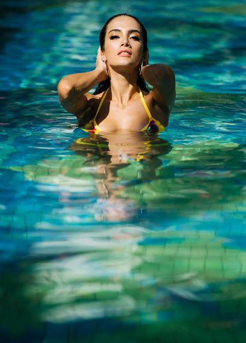 Tan Hoa hạu Hòa bình Quóc té thả dáng vói bikini