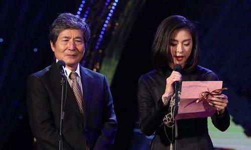 Ngô Thanh Vân (phải) và Oguri Kohei trao giải Đạo diễn xuất sắc.
