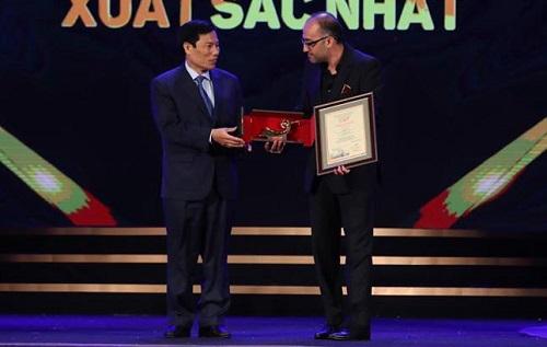Rouhollah Hejazi (The Dark Room, phải) nhận giải Phim xuất sắc từ Nguyễn Ngoc Thiện - Bộ trưởng Bộ Văn hóa, Thể thao và Du lịch Việt Nam.