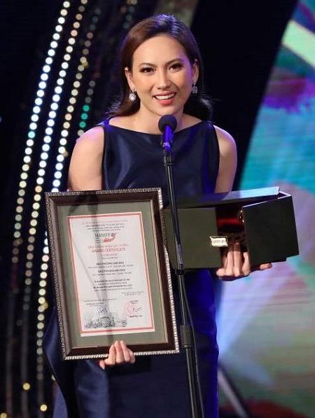Phương Anh Đào nhận giải ở lễ bế mạc Haniff 2018 vào tối 31/10 ở Hà Nội.