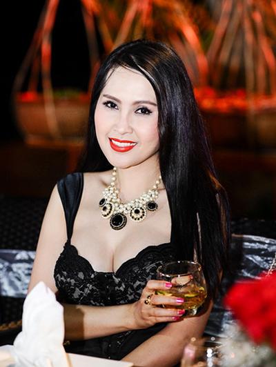 Năm 2015, người đẹp xuất hiện trong một sự kiện ở Phan Thiết với bộ váy corset gợi cảm, vòng cổ lớn.Nữ diễn viên thích mặc những bộ đồ bó tôn đường cong, trang phục đính kết cầu kỳ nên hay bị măc lỗi mặc sến, rườm rà.
