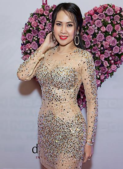 Năm 2016, Minh Thư thường chọn váy ngắn đính đá, tua rua, khoét ngực mỗi lần sân khấu hay đi sự kiện. Cô chuộng trang điểm đậm với son đỏ giúp gương mặt sắc nét.