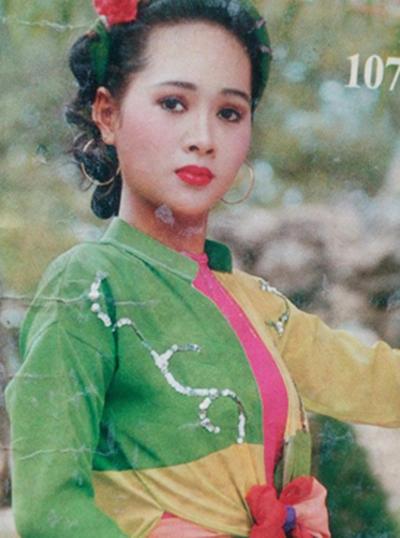 Minh Thư sinh ngày 22/2/1976 tại TP HCM. Từ nhỏ cô đã có biểu lộ thiên hướng nghệ thuật. Năm 10 tuổi, cô từng đoạt giải Nhì tiết mục múa Em bé gái Giải phóng quân tại Hội diễn văn nghệ thiếu nhi TP HCM.
