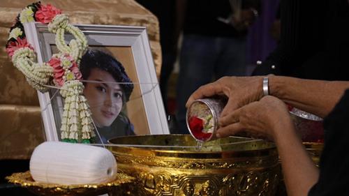 Gia đình Á hậu sẽ tổ chức lễ viếng, cầu nguyện cho cô trong năm ngày. Lễ an táng dự định tổ chức chiều ngày 8/11.