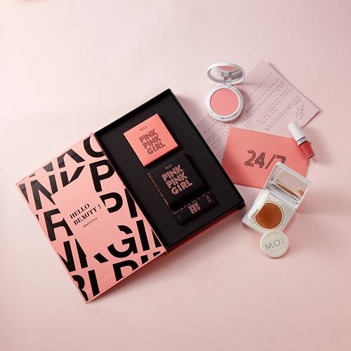 Ngoài ra, các cô nàng có thể lựa chọn bộ sản phẩm tích hợp MOI 24/7 của Hồ Ngọc Hàđể rút ngắn thời gian trang điểm mà vẫn có được sự rạng rỡ. Bộ sản phẩm gồm phấn nước, phấn má hồng và son lỳ, đáp ứng những bước làm đẹp cơ bản.