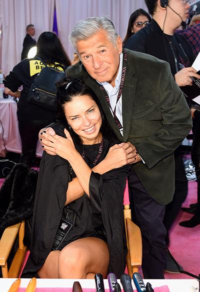 Adriana Lima sinh năm 1981 ở Brazil. Cô trình diễn cho Victorias Secret từ năm 2000 đến nay. Trong các thiên thần của hãng nội y, cô là người được yêu thích với vẻ đẹp nóngbỏng, khỏe khoắn. Năm 2013 và 2014, cô đứngđứng thứ haitrong danh sáchngười mẫu có thu nhập cao nhất thế giới với 8 triệu USD.