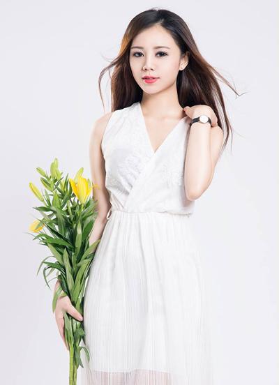 Ngoài đời, cô chuộng phong cách nhẹ nhàng, nữ tính. Hot girl thích trang phục tông màu sáng như trắng, hồng pastel.