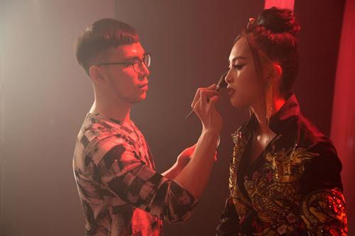 Tạo hình của Tiểu Vy khi thể hiện ca khúc Lạc Trôi.