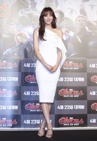 Đầm lệch vai tối giản là một trong những món đồ cô chọn lựa khi đi sự kiện.
