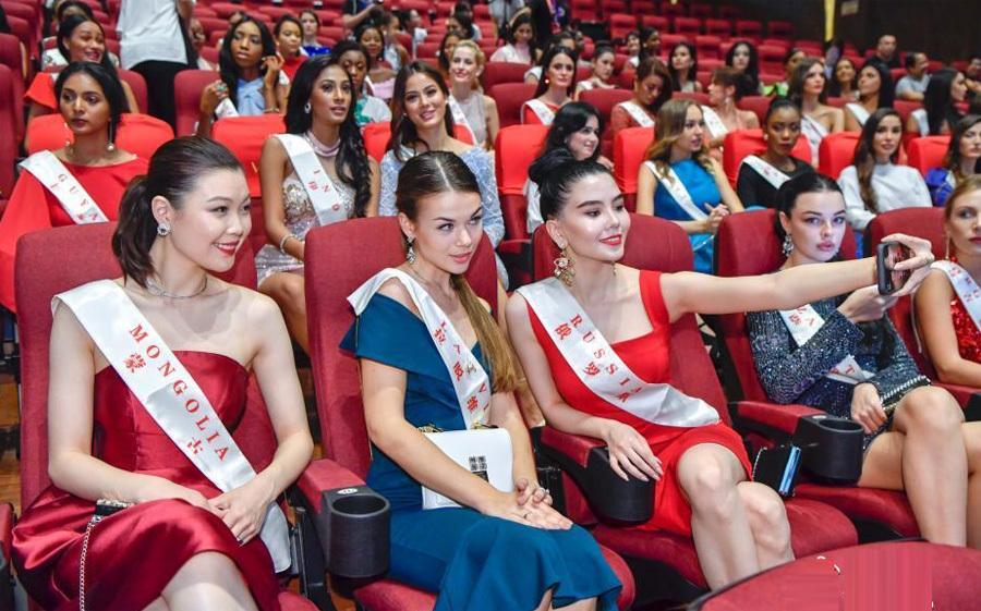 Tiểu Vy trội về chiều cao khi đứng bên Hoa hậu Philippines