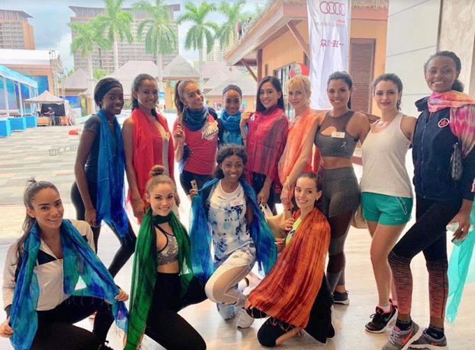 Tiẻu Vy troi ve chieu cao khi dung ben Hoa hau Philippines