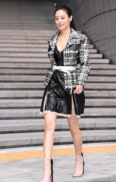Người đẹp 33 tuổi kết hợp váy da Louis Vuitton với áo khoác dạ.