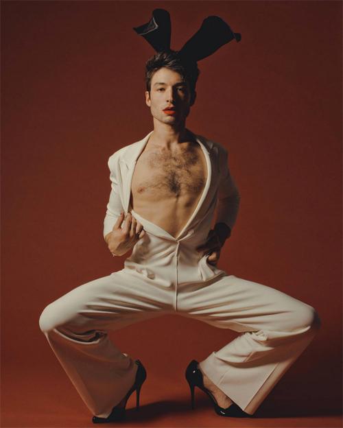 Ezra Miller gay soc khi mac do lot xuyen thau tren Playboy