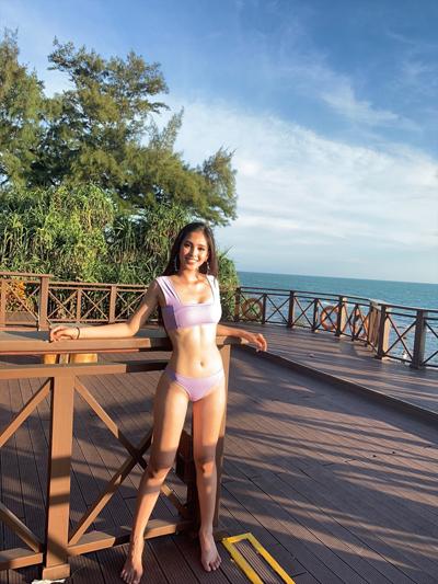 Tieu Vy khoe hinh the voi bikini