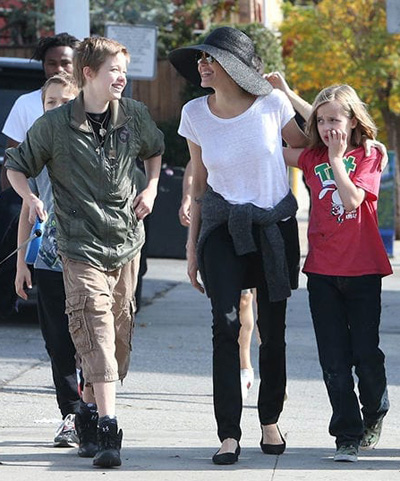 Angelina Jolie di choi cùng ba con dẻ
