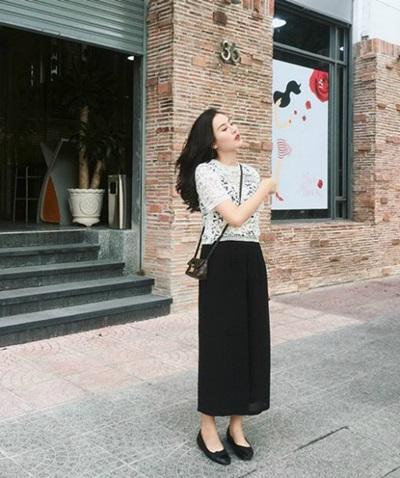 Hà Lade dạo phố với túi tí hon của Louis Vuitton.