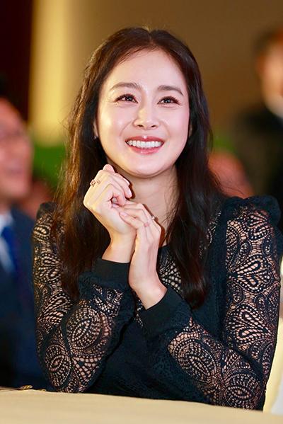 Kim Tae Hee tươi cười trong buổi tiệc tối.