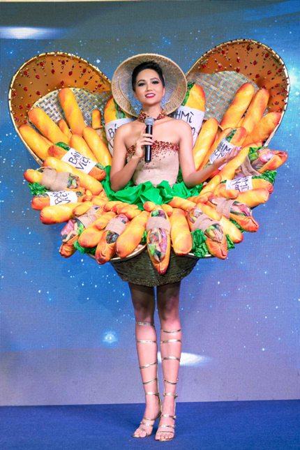 HHen Niê giới thiệu về bộ trang phục dân tộc mang tên Bánh mỳ. Hoa hậu cho biết cô thấy thoải mái khi khoác trang phục này.