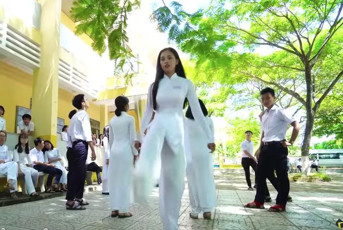 Tieu Vy cot ta ao dai da cau trong video gui den Miss World