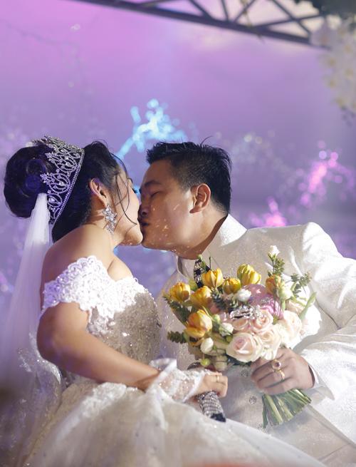 Hoa hau Dai duong Dang Thu Thao lien tiep hon chong o tiec cuoi
