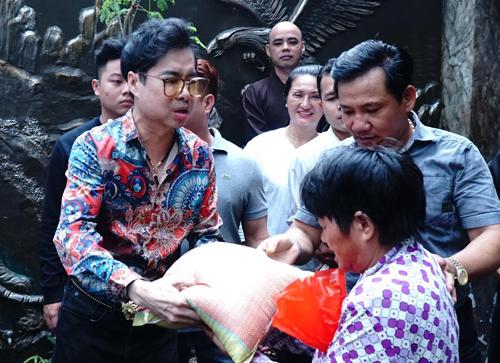 Ngoc Son tang gao tien cho nguoi ngheo trong ngay mua