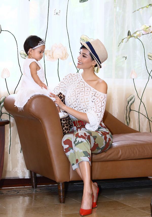 Vũ Cẩm Nhung vui đùa bên con gái gần một tuổi