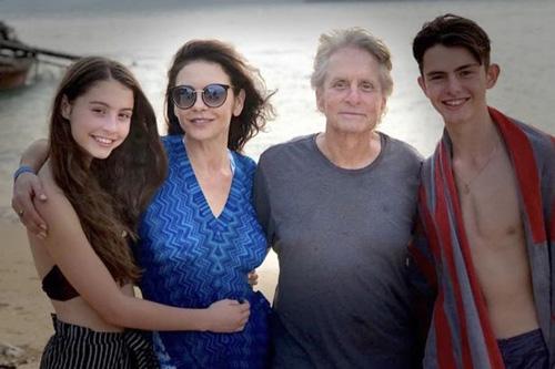 Catherine Zeta-Jones bênh chồng trước cáo buộc lạm dụng tình dục - 1