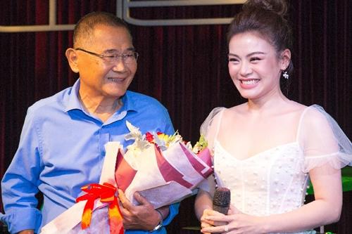 Hải Yến bên nhạc sĩ Bảo Chấn khi ra mắt album hôm 26/11 tại TP HCM.