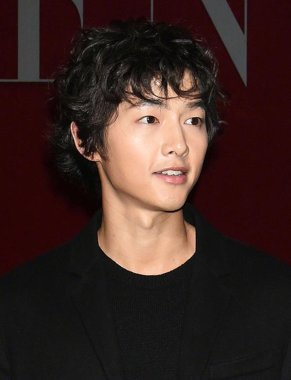 Song Joong Ki để 'tóc tổ chim' dự sự kiện cùng Dương Mịch
