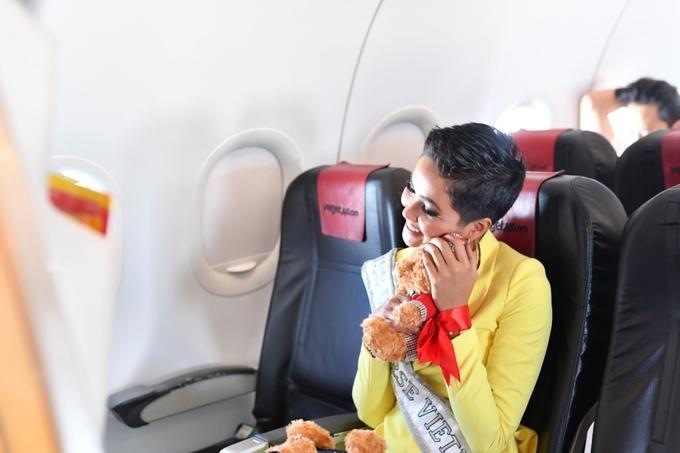 HHen Nie cuoi rang ro lien tuc cam on khi duoc chuc toa sang tai Miss Universe