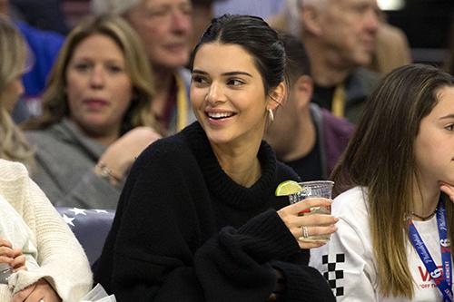 Gan 10.000 nguoi ky de nghi cam Kendall Jenner di xem bong ro