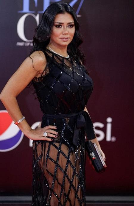 Rania Youssef sinh năm 1965, từng đóng các phim Wahed Saheh, Reklam và Aaz Ashab. Sao nữ vừa hoàn thành phim Aswar Aaliya, trong đó cô thủ vai một nghệ sĩ nổi tiếng phải vào tù. Ảnh: AFP.