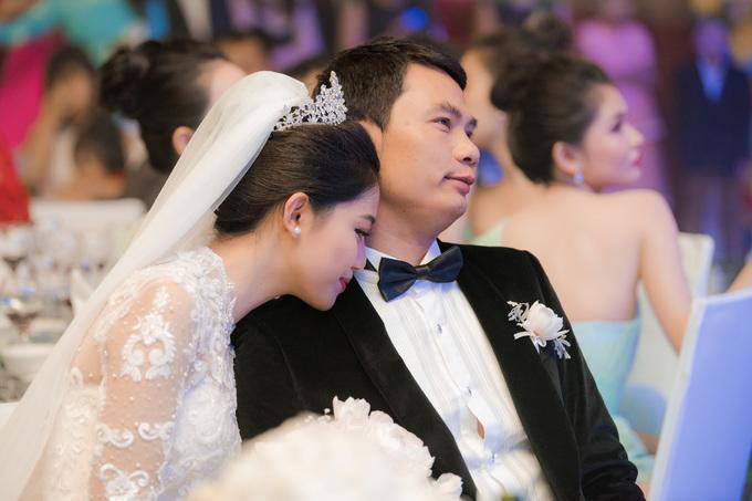 Á hậu Thanh Tú và chú rể 40 tuổi tình tứ trong tiệc cưới
