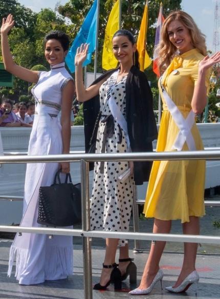 Chiều 3/12, các thí sinh Miss Universe được ban tổ chức đưa đi tham quan một ngôi chùa nổi tiếng ở Thái Lan.
