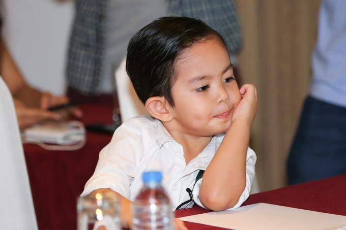 Con trai Khanh Thi theo me hop bao Ngoi sao cua nam