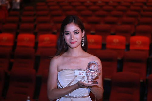 Còn thí sinh đến từ Nepal, Shrinkhala Khatiwada, vào thẳng Top 30 nhờ giải Người đẹp truyền thông và chiến thắng ở Dự án nhân ái được trao tối 3/12.