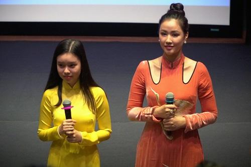 Trà My (trái) và Maya giao lưu với khán giả.