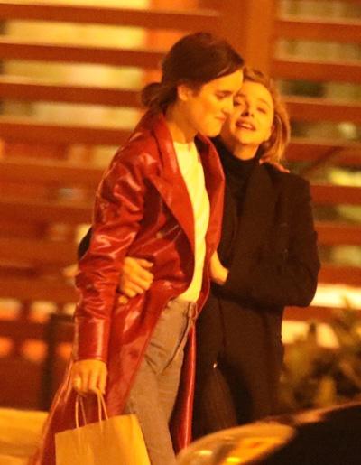 Bạn gái cũ Brooklyn Beckham hon nguòi mãu Playboy dòng giói